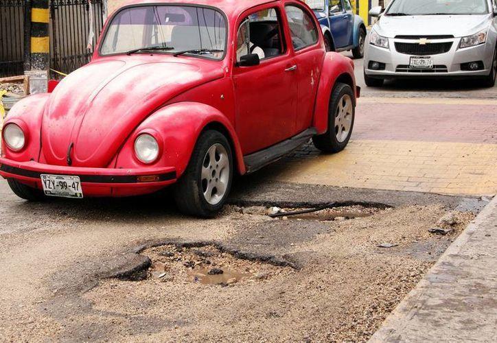 Muchas calles de la ciudad tienen baches, con el consiguiente perjuicio para los automovilistas. (Milenio Novedades)