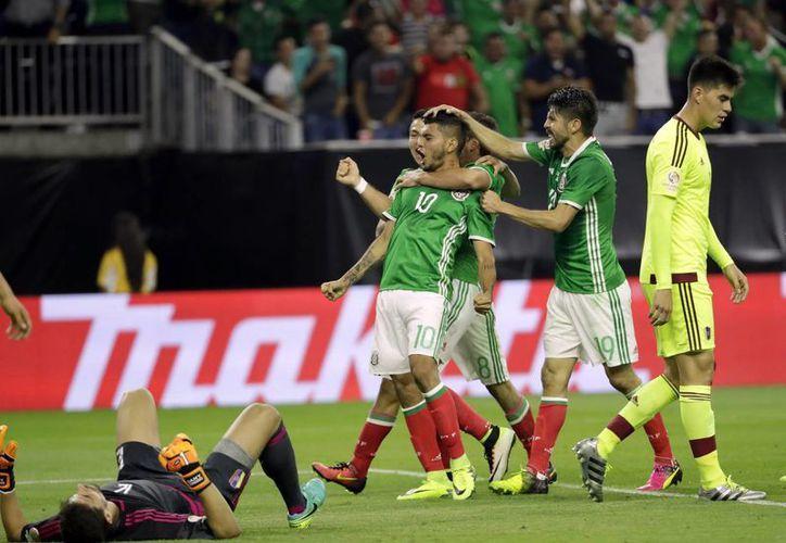Un golazo de Jesús Corona dio el empate a México minutos antes de que terminé el partido. (AP)