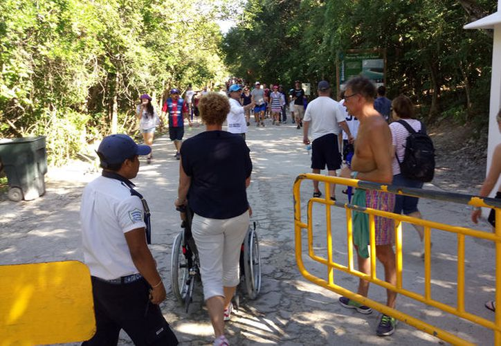 Guías de turistas atienden hasta cuatro grupos de turistas durante el día. (Foto: Sara Cauich/SIPSE)