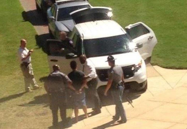 Imagen del momento en que el sospechoso es detenido por las autoridades en el interior del campus de la Universidad de Mississippi. (cooperativa.cl)