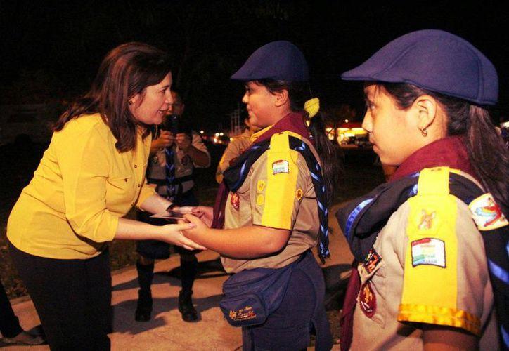 La diputada Celia Rivas Rodríguez convive con scouts en el inicio de la Semana de la Asociación Nacional de Scouts Independientes. (Foto cortesía del Gobierno de Yucatán)