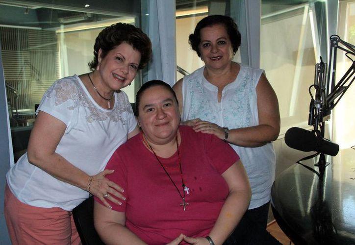 Alis García, Alejandra Jiménez Virgen y Esperanza Nieto en el programa radiofónico . (SIPSE)
