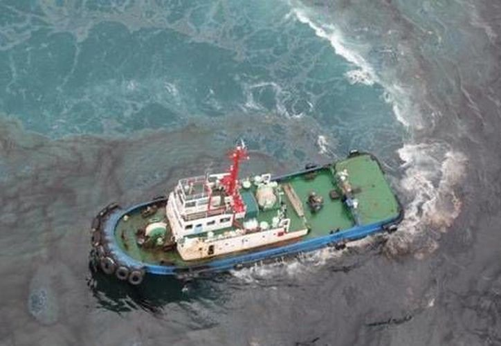 De acuerdo con el Departamento de Marina de Tailandia, 10 barcos han sido enviados para eliminar el derrame de 2.5 kilómetros de largo. (navy.mi.th)