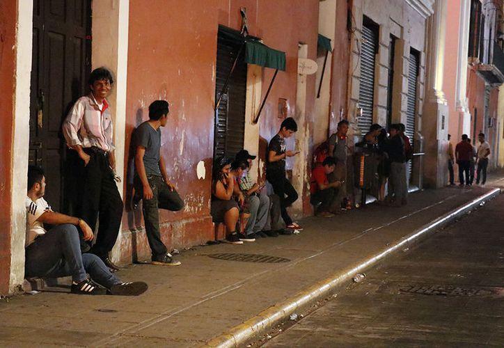 Los usuarios del transporte público sufren para conseguir servicio pasadas las 22:00 horas. (José Acosta/Milenio Novedades)