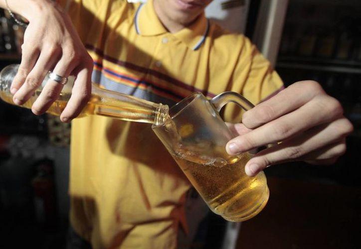 En México, según la OMS, los efectos del alcohol significan 310 mil 684 años de vida perdidos. (Archivo/SIPSE)