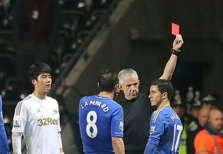 El mediocampista Hazard recibió la tarjeta roja de manera directa. (Agencias)