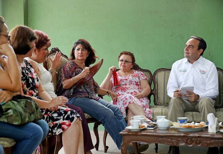 Nerio Torres Arcila, candidato del PRI a la alcaldía de Mérida, en reunión con maestras de kínder. (SIPSE)