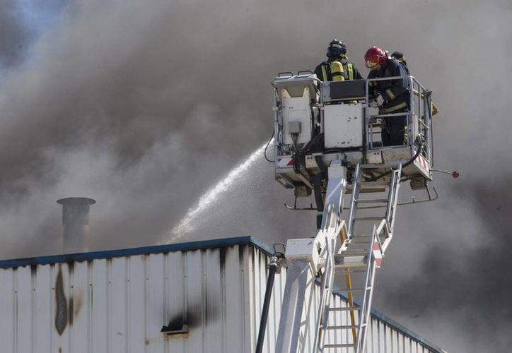 Los bomberos declararon pérdida total el edificio de la emblemática fábrica Corina. (EFE)