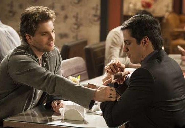El pasado 8 de mayo concluyó en México la telenovela 'Rastros de Mentiras'. Sin embargo, los televidentes mexicanos no tuvieron oportunidad de ver el verdadero final de la serie, por la censura a la escena de un beso gay. (mundofox.com)
