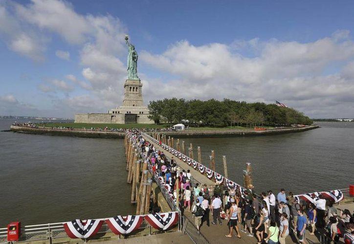 El monumento icónico de Nueva York fue evacuado hoy por una amenaza de bomba. Imagen del primer grupo de turistas que desembarcó el 4 de julio de 2013 en Liberty Island, luego de su reapertura. (AP/Agencias)