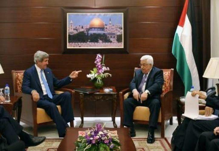 El secretario de Estado de EU, John Kerry, se reúne con el presidente palestino Mahmoud Abbas en la ciudad cisjordana de Ramala. (Agencias)