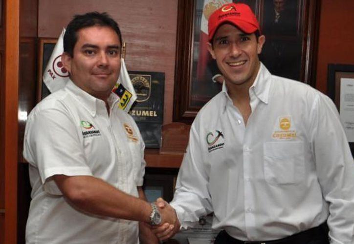 José Fulgueira y el presidente de Cozumel durante su reunión en la isla. (Cortesía/SIPSE)