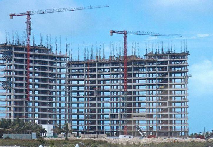Se construyen viviendas y locales comerciales en la zona. (Israel Leal/SIPSE)