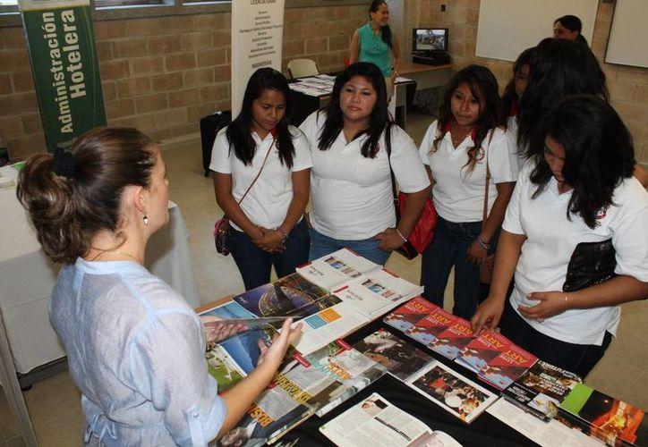 Jóvenes tuvieron conocimiento de la gama de universidades y carreras. (Adrián Barreto/SIPSE)