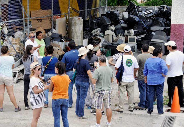 Visitaron las instalaciones del Centro de Acopio de Material Reciclable. (Cortesía/SIPSE)