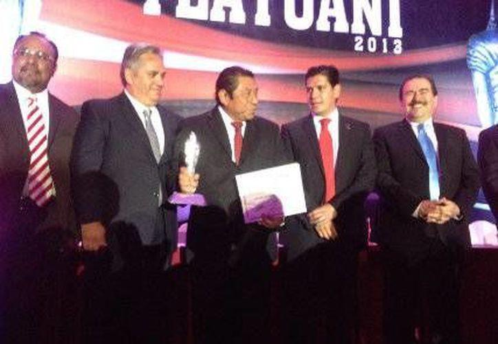 Sebastián Uc Yam recibió el premio de manos del presidente del IMDE, Galo Limón. (Redacción/SIPSE)