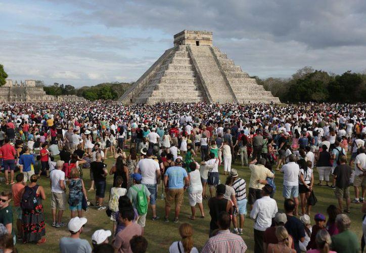 Turistas en Teotihuacán durante el equinoccio de primavera. (Foto: Internet)