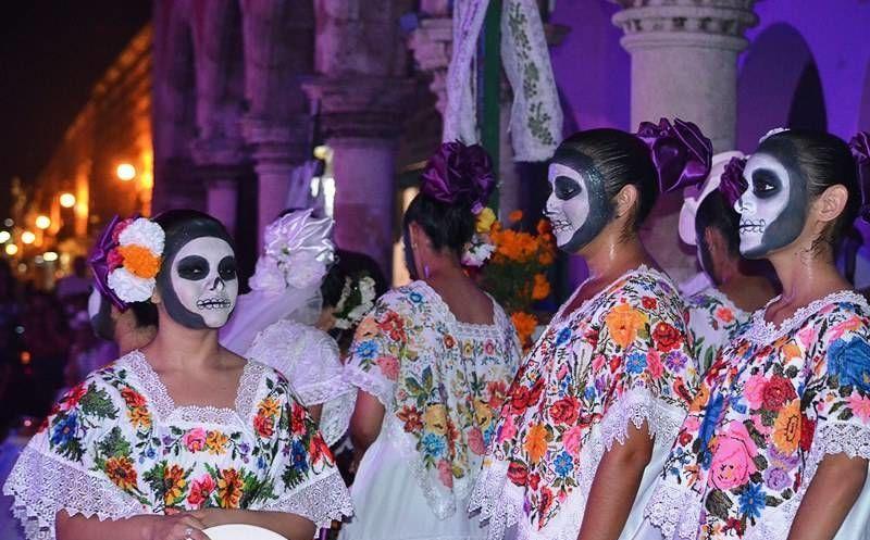 Mujeres yucatecas celebrando el Día de los Muertos