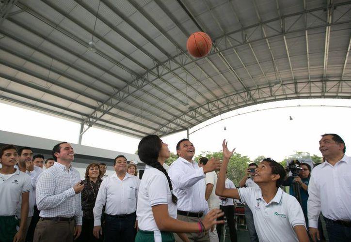 El gobernador Rolando Zapata  con alumnos en las instalaciones del Conalep Mérida III, donde presidió la entrega de obras por cerca de 11 millones de pesos. (Foto cortesía del Gobierno de Yucatán)