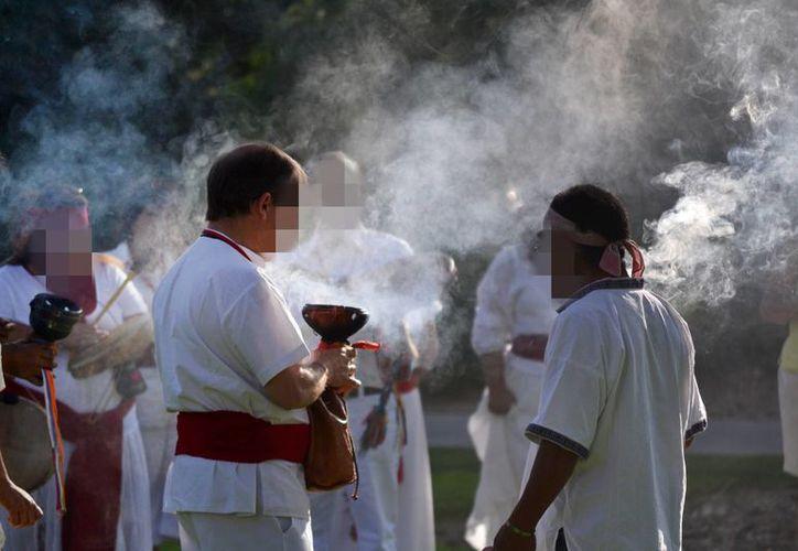 Los rituales esotéricos son comunes en México, particularmente en algunas regiones del centro del país. Imagen de contexto de un ritual maya con incienso. (Archivo/SIPSE)
