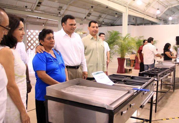 El Gobernador del Estado entregó equipamiento para el autoempleo. (José Acosta/SIPSE)