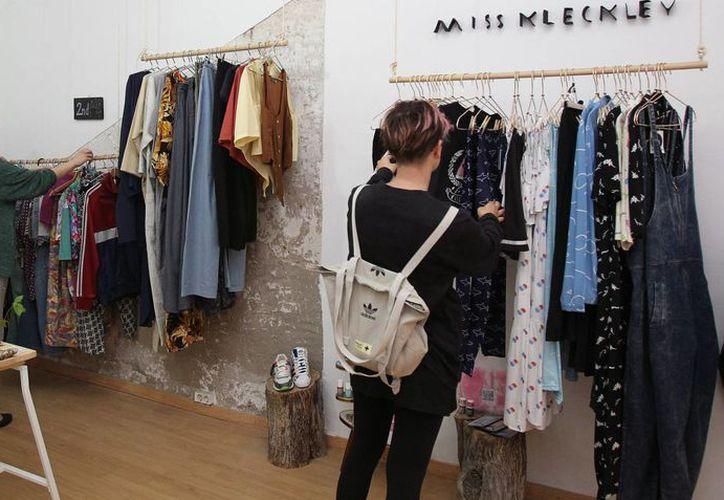 Las hermanas alemanas Christine y Maria Schorn (a la izquierda), son las creadoras de Ropateca, un nuevo concepto de tienda de moda en Barcelona. (EFE)