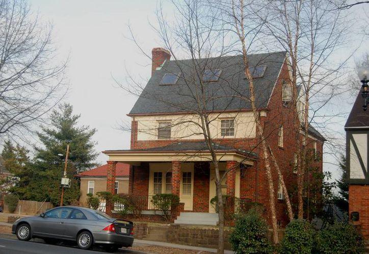 Desde esta casa ubicada frente a la embajada rusa en Washington, según una investigación de 2008, se espiaban con cámaras las entradas y salidas a la legación. (EFE)