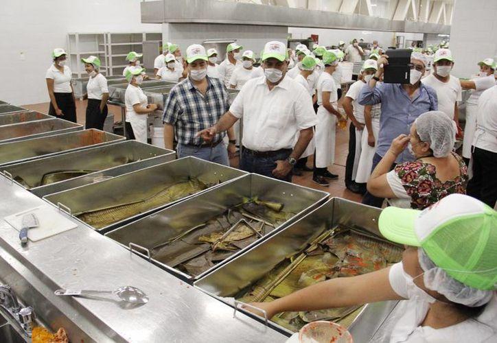 Llegó la hora. Este domingo en la Expo Campo, Yucatán intentará recuperar el Récord Guinness, en poder de Filipinas, de la cochinita pibil más grande del mundo. (Fotos: Milenio Novedades)