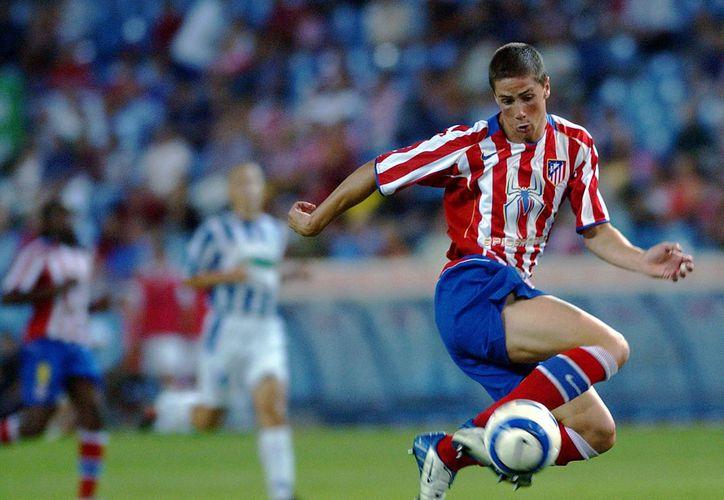 Desborde de 'El Niño' Torres en partido entre Atlético de Madrid y OFK de Belgrado, dentro de la Copa Intertoto en agosto de 2004. (Foto: AP)