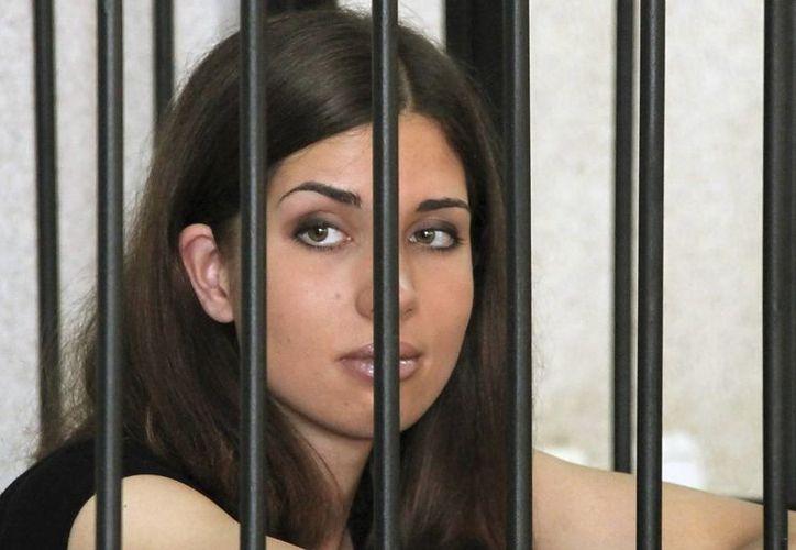 Nadezhda Tolokónnikova, durante una sesión del juicio en su contra en una sala del tribunal de Saransk, en la región de Mordovia. (EFE).