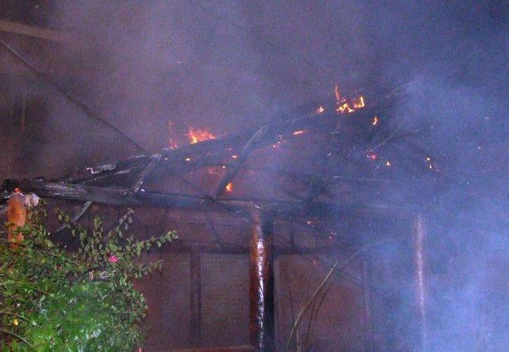 Las autoridades no descartan la posibilidad de que el incendio haya sido provocado. (Rossy López/SIPSE)
