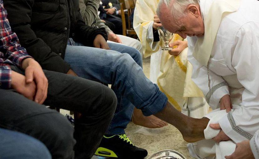 Lavatorio de pies en el reformatorio que también fue visitado por los dos Papas previos. (Agencias)