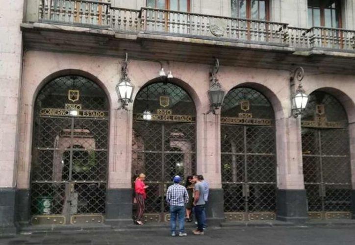 El personal de seguridad y custodia procedió a retirar a las personas del Palacio. (excelsior.com)