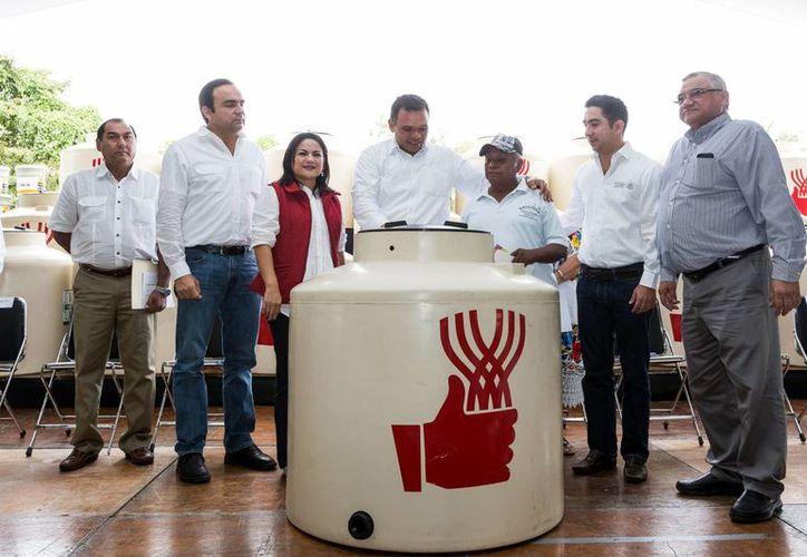 Entre sus actividades del lunes, el gobernador Rolando Zapata Bello entregó tinacos en Tinum. (SIPSE)