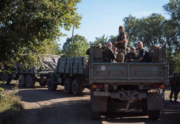 Soldados ucranianos son transportados en vehículos militares el pasado 19 de agosto hacia Lugansk, Ucrania. (Archivo/EFE)