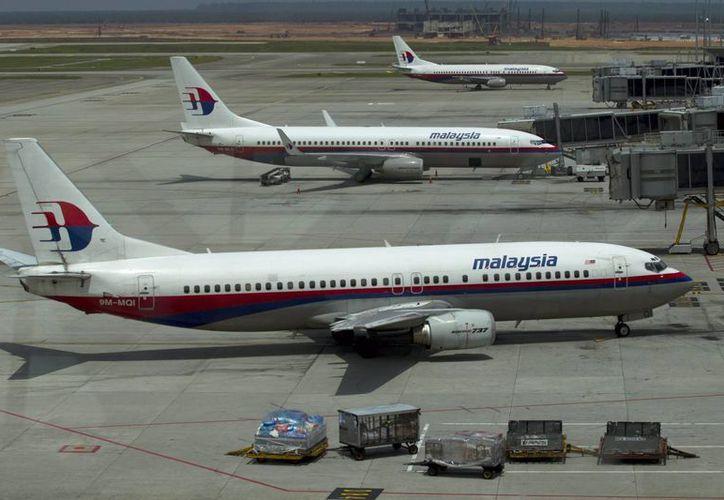 Imagen de archivo de varios aviones de Malaysian Airlines aparcados en la pista del aeropuerto internacional de Kuala Lumpur en Sepang, Malasia). (EFE)