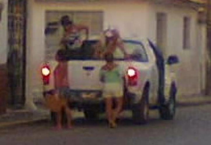 El empleado informó que las mujeres que iban en la camioneta oficial son sus hijas. (SIPSE)