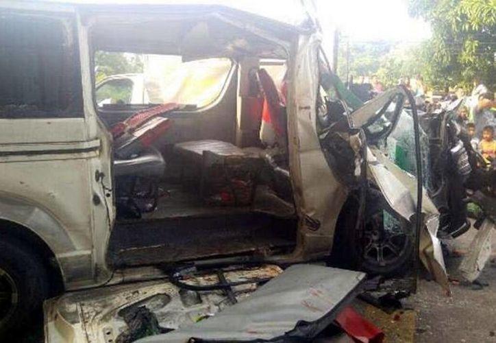 El saldo del accidente fue de un muerto y más de 15 heridos quienes fueron trasladados al hospital. (Prensa Libre)