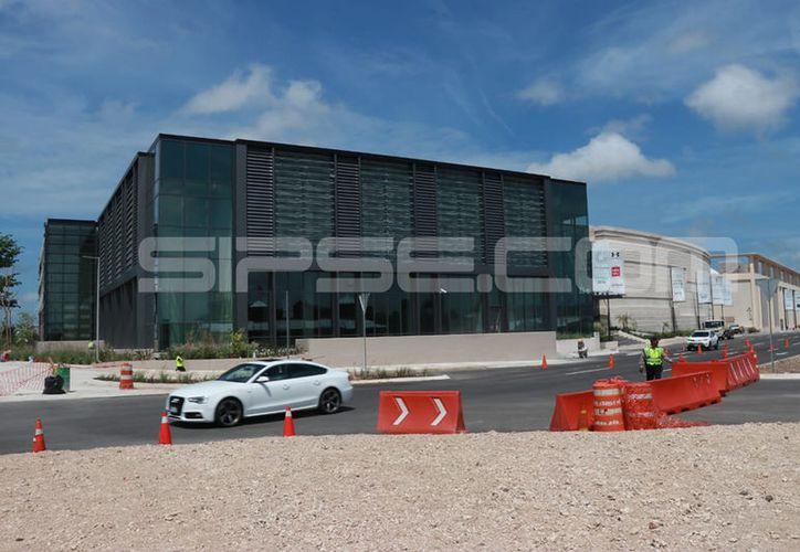 El centro comercial The Harbor, en imagen, es parte del complejo Vía Montejo. (Jorge Acosta/ SIPSE)