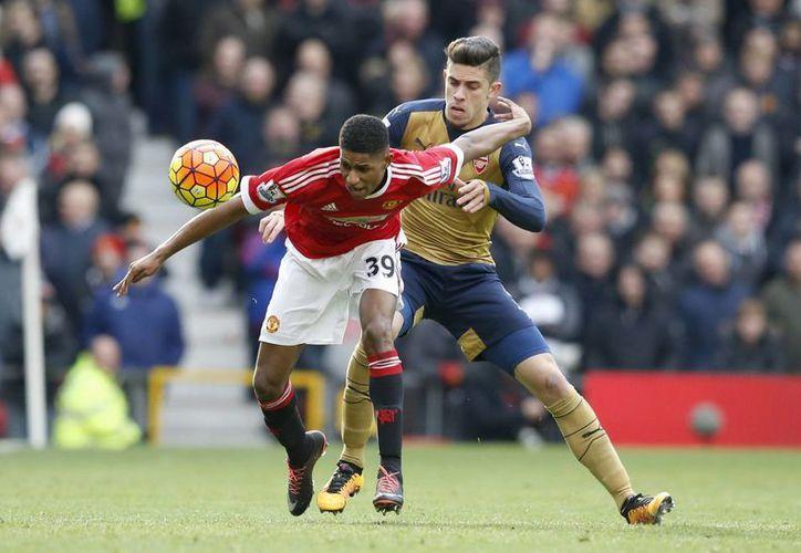 Marcus Rashford (i) es la nueva sensación en el mundo del futbol. Hace unos días debutó con el Manchester United y marcó un doblete, y hoy hizo otro doblete en partido de Liga de Inglaterra ganado contra Arsenal. (AP)