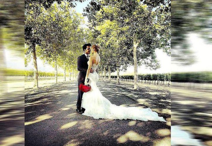 """El cantante escribió en el pie de foto """"Que bella se ve mi esposa!! 9-10-14 #JustMarried"""". (Facebook/Luis Fonsi)"""