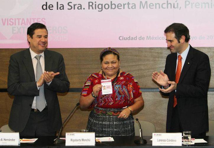Imagen de la acreditación del Consejero presidente del Instituto Nacional Electoral, Lorenzo Córdova a Rigoberta Menchú como visitante extranjera. (Archivo/Notimex)