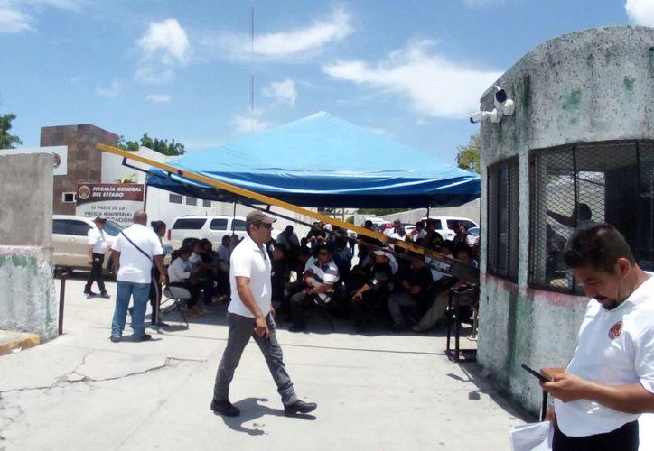 Policía Ministerial se manifiesta afuera de las instalaciones de FGE. (Foto: SIPSE)
