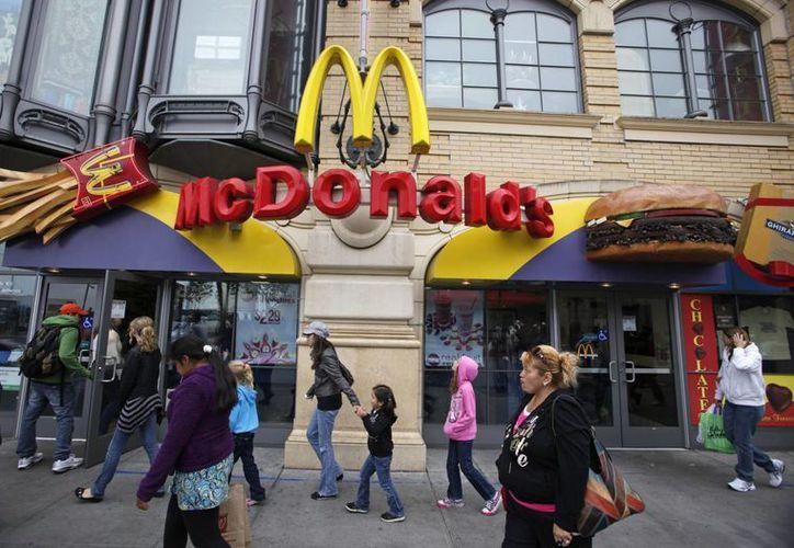 Imagen de 2010 un local de McDonald's en Fisherman's Wharf, en Francisco. La empresa quiere mejorar su imagen de que vende comida barata y grasosa. (Agencias)
