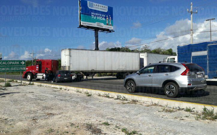 Un tráiler y un vehículo particular chocaron en la carretera Puerto Morelos-Cancún. (Foto: Sergio Orozco)