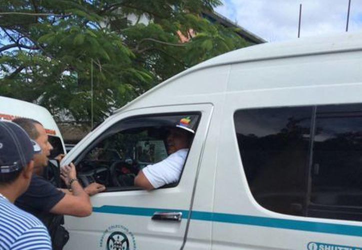 El conductor de una combi de Playa del Carmen fue detenido tras discutir con un comerciante de Tulum. (Rossy López/SIPSE)