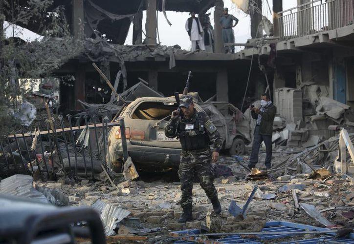 Personal de seguridad inspecciona el lugar de un atentado en Kabul, Afganistán, el viernes 7 de agosto de 2015. Una bomba oculta en un camión estalló cerca de un complejo del Ministerio de Defensa. Todas las víctimas eran civiles, incluidos mujeres y niños. (Foto AP/Rahmat Gul)