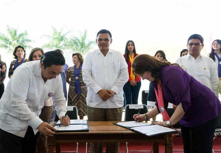 Entre sus actividades de ayer, el gobernador de Yucatán, Rolando Zapata Bello (centro), atestiguó la firma de un convenio de colaboración y coordinación entre la Fiscalía General y el Poder Judicial del Estado. (SIPSE)