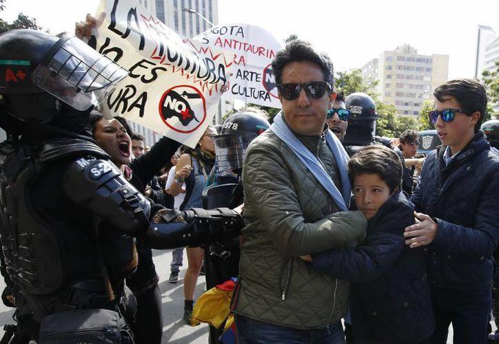 Los antitaurinos lanzaron consignas a los asistentes a la corrida en Bogotá, por lo general miembros de la alta sociedad colombiana. (AP/Fernando Vergara)