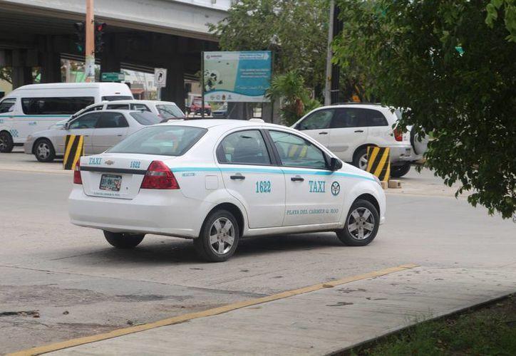 Taxistas de Playa del Carmen advierten que harán escuchar su inconformidad ante la inminente llegada de Uber a Q. Roo. (Adrián Barreto/SIPSE)